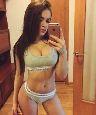 Djevojka atraktivnog izgleda izuzetno fleksibilna, treba muskog